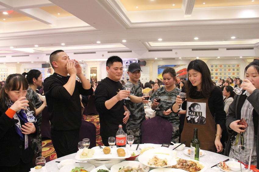 公司创始人吴勇刚先生、罗声铨先生带领公司中层主管敬酒.JPG